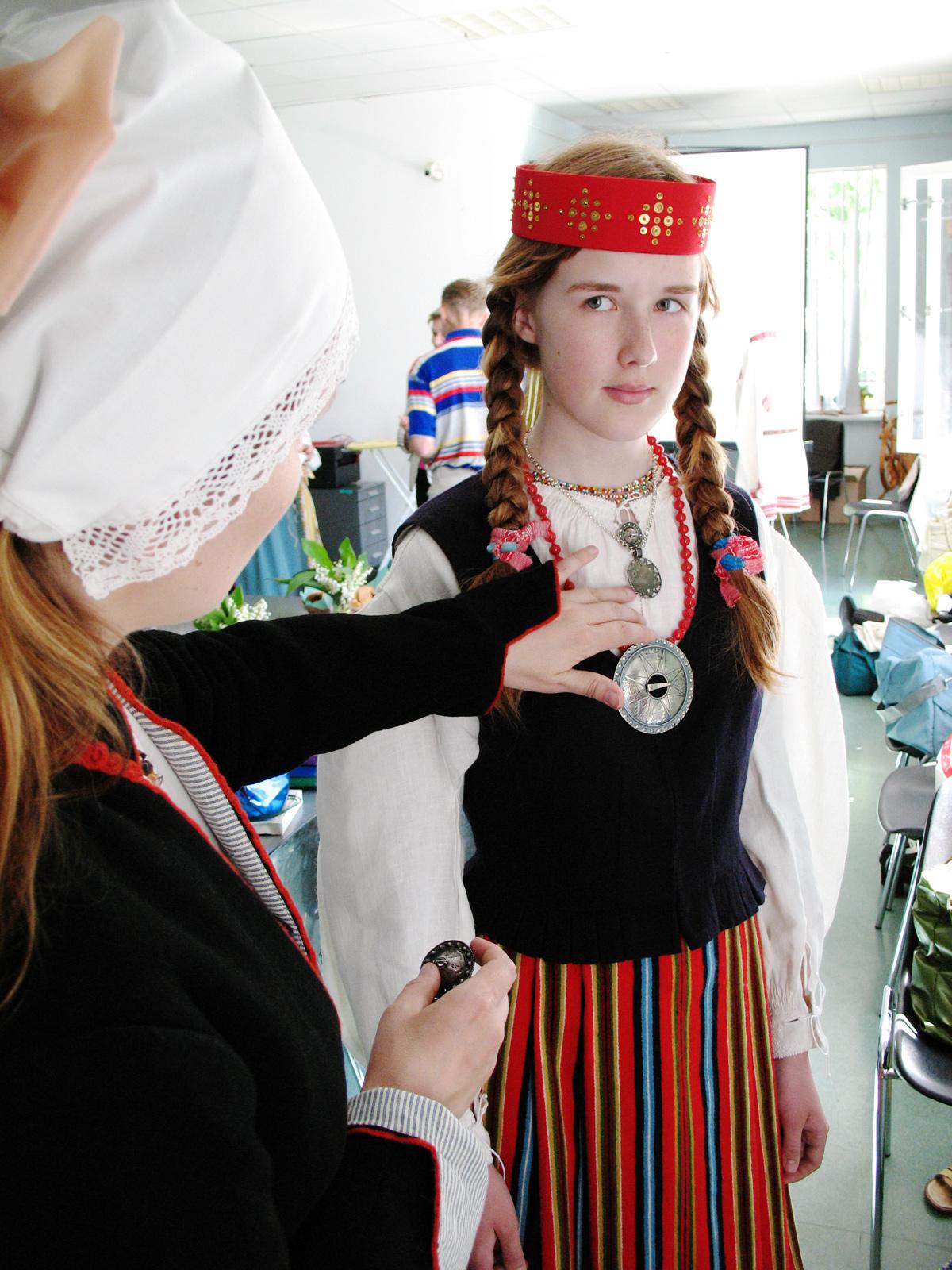 0492cea58a1 Neiurõivad Äksist. Ema aitab tütrel ehteid sättida. Foto Kristjan Raba 2007